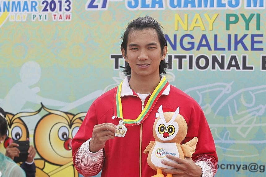 Singapore's Mervyn Toh with his silver medal from the men's K1 200m at NgalikeDam during the 27th SEA Games in Naypyidaw, Myanmar, on Friday, Dec 13, 2013. -- ST PHOTO: KEVIN LIM