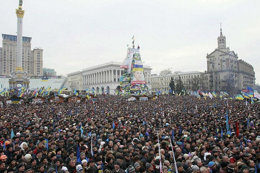 At least 200,000 people gathered in the Ukraine capital for a Sunday rally by the opposition protesting the government's decision to back out of a treaty with the European Union (EU), AFP correspondents saw. -- PHOTO: REUTERS