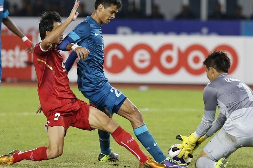 Miscommunication between Singapore's Safuwan Baharudin, pestered by Thailand's Adisak Kraisorn, and goalkeeper Izwan Mahbud led to a loose ball and an eventual penalty for Thailand in the football semifinal during the 27th SEA Games in Naypyidaw's Ze