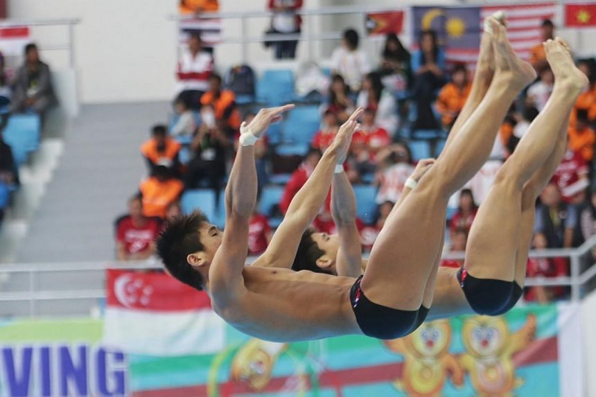 Twins Mark and Timothy Lee of Singapore win the silver medal in men's synchronised 3m springboard during the 27th SEA Games in Naypyidaw's Wunna Theikdi Aquatic Centre, Myanmar, on 20 Dec 2013. -- ST PHOTO: KELVIN LIM