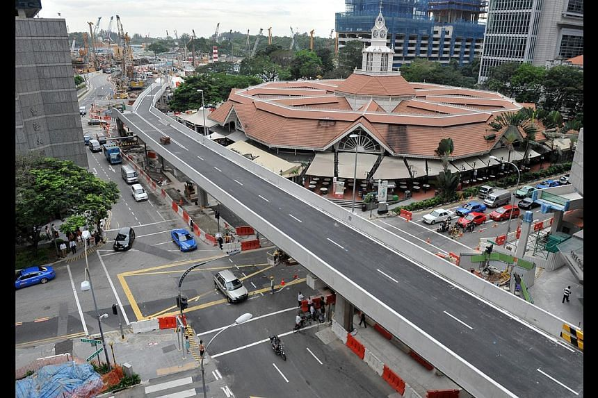 (Above) A temporary viaduct was built to bypass four busy junctions. (Below) Cracks appeared at the Ying Fo Fui Kun clan building in Telok Ayer Street due to tunnelling works.