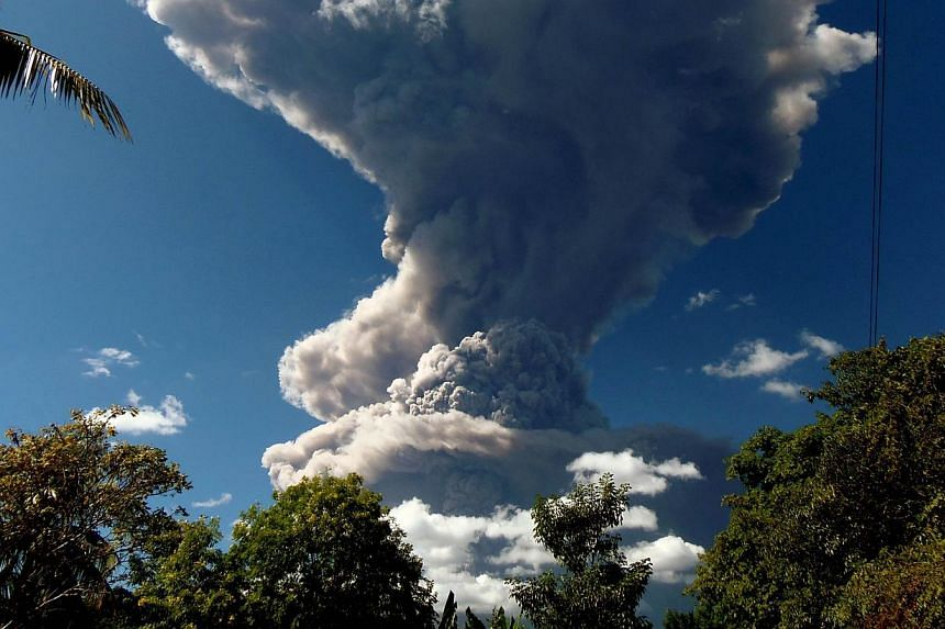 The Chaparrastique volcano in eastern El Salvador belched a column of hot ash high into the air on Sunday, frightening nearby residents and prompting the authorities to order evacuations in the area. -- PHOTO: AFP