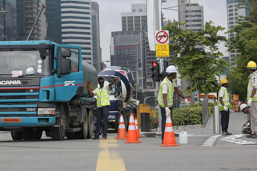 LTA officers were deployed to ease traffic flow at Central Boulevard on Tuesday, Dec 31, 2013. --ST PHOTO: ONG WEE JIN