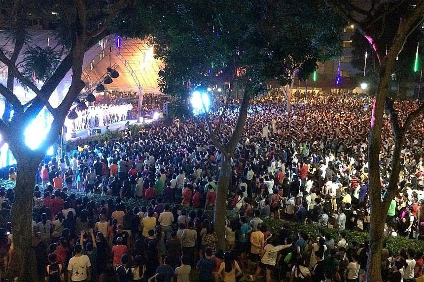 Large crowds gather for a countdown party at Boon Lay Place, Dec 31, 2013. -- ST PHOTO: NG SOR LUAN