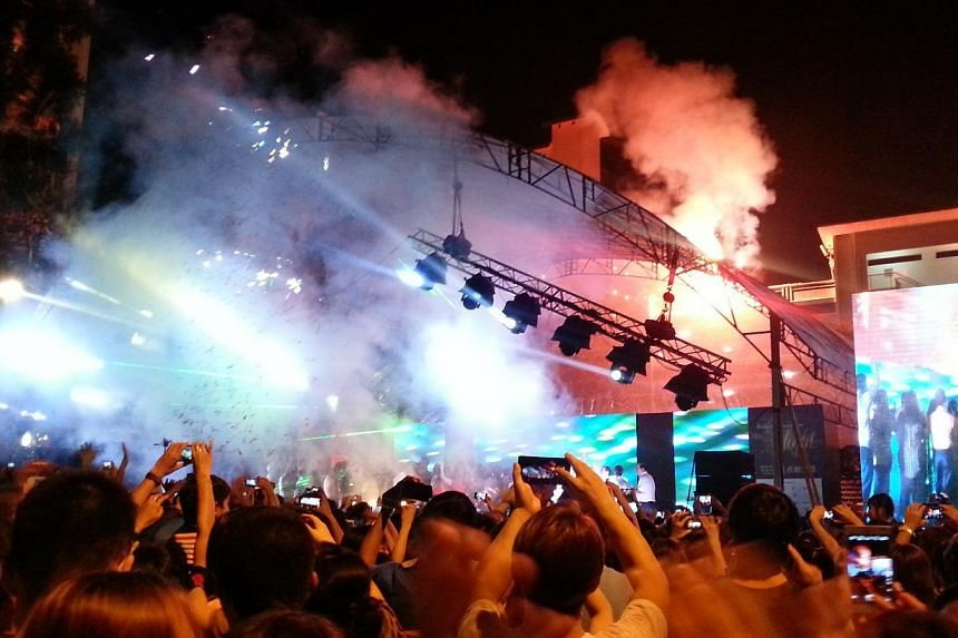 Some 20,000 revellers welcomed 2014 at a countdown party at Boon Lay town. -- ST PHOTO: AUDREY TAN