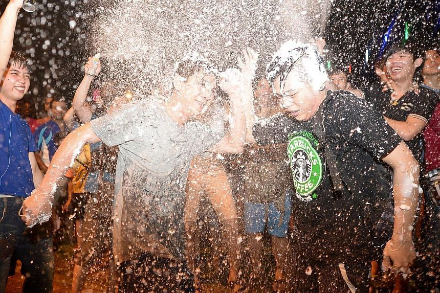 Party-goers at Boon Lay town's countdown party on Dec 31, 2013. -- ST PHOTO: NG SOR LUAN