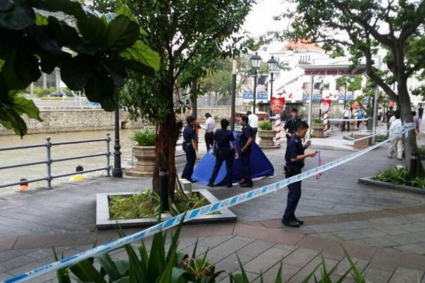 The body of a man was pulled from the Singapore River in front of The Riverwalk, at Upper Circular Road, on Thursday afternoon. -- ST PHOTO: LIM YAN LIANG