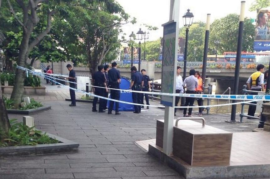 The body of a man was pulled from the Singapore River in front of The Riverwalk, at Upper Circular Road, on Thursday afternoon. -- PHOTO: TWITTER OF HONG JUN WEI