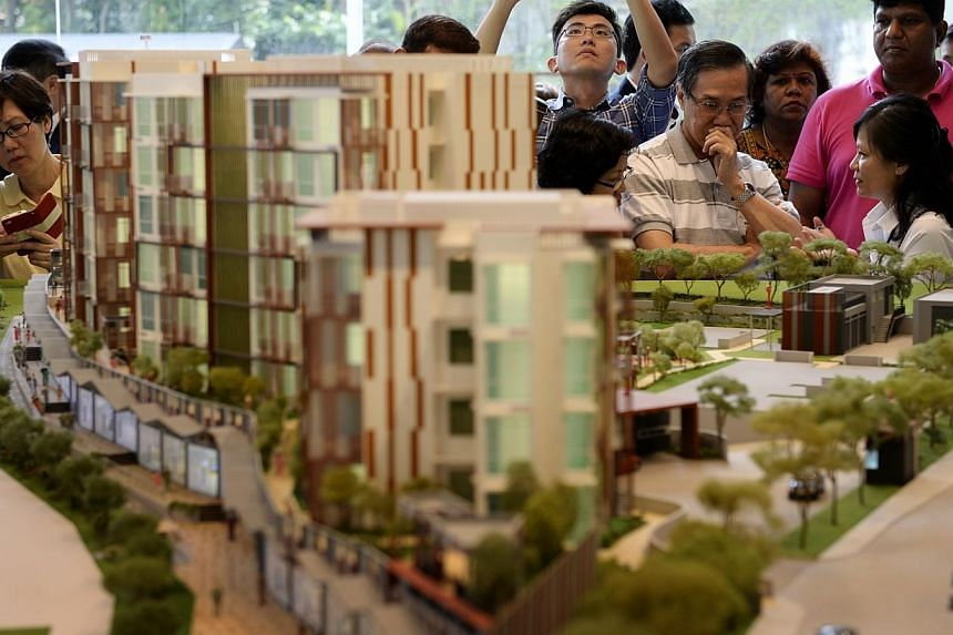 """Crowds at Hillford showflats along Jalan Jurong Kechil. Hundreds thronged the showflat of The Hillford, the first development here being sold as a """"retirement resort"""" on Saturday, Jan 4, 2014.-- ST PHOTO:DESMOND LIM"""