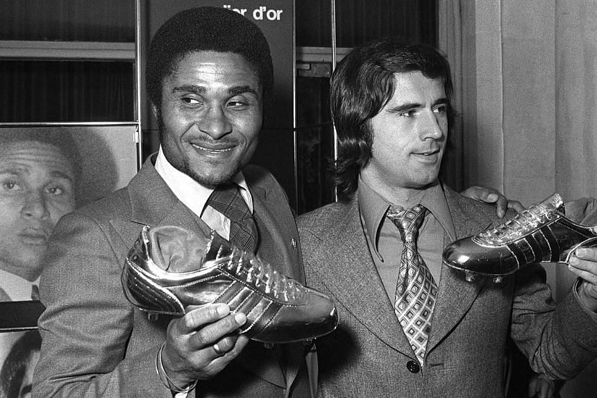 Former Portuguese football legend Eusebio da Silva Ferreira, more commonly known as Eusebio (left), and German forward Gerd Mueller posing for photographers during an awards ceremony in Paris after receiving respectively the golden and silver shoes f