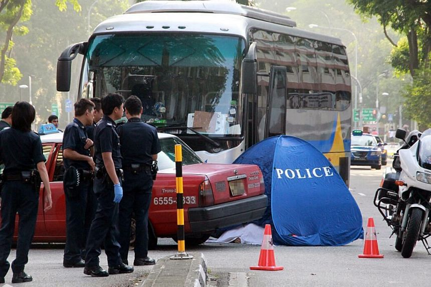 A TransCab taxi driver was killed in a crash between his vehicle and a private bus at Ang Mo Kio Ave 3 on Wednesday morning. --PHOTO: LIANHE WANBAO