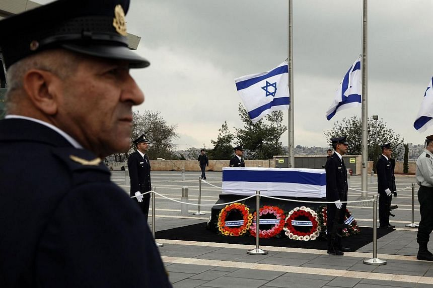 Israeli honour guards stand next to the coffin of former prime minister Ariel Sharon displayed at theKnesset, Israel's parliament, in Jerusalem, on Sunday, Jan 12, 2014. -- PHOTO: AFP