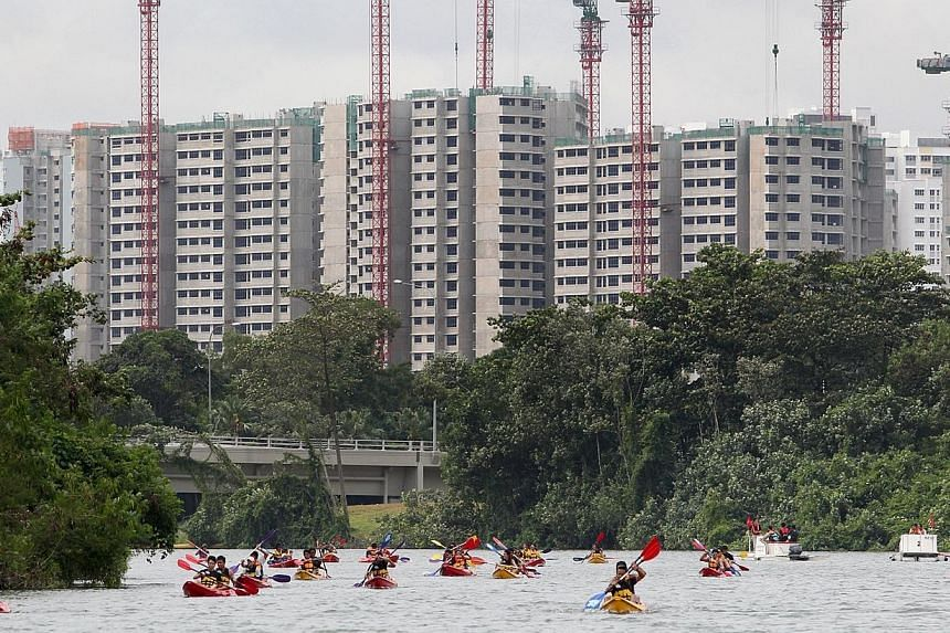 Over 700 paddle sports enthusiasts took to Punggol Waterway on Sunday, as the Singapore Canoe Marathon made its heartlands debut. -- ST PHOTO:JASON QUAH