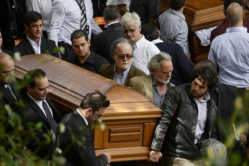 Relatives and friends carry the coffins with the remains of Venezuelan model Monica Spear and her British-born partner Thomas Henry Berry during their funeral at the Eastern Cemetery in Caracas on Jan 10, 2013. Venezuela urged police on Saturday to r