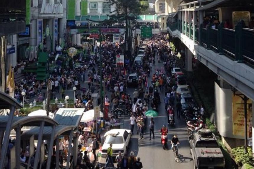 Anti-government protesters rally outside MBK shopping centre, on Jan 13, 2014.-- PHOTO:CHIT LOM