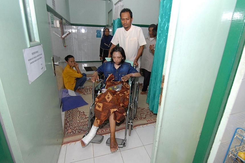 Indonesian Erwiana Sulistyaningsih gets medical treatment at a hospital in Sragen, on Jan 15, 2013. -- PHOTO: AFP