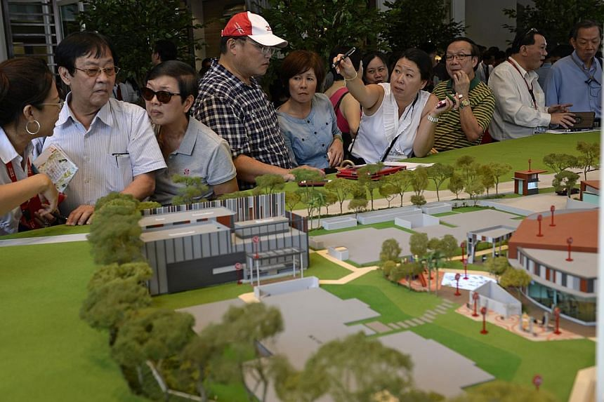 Hundreds of potential buyers swarmed the showflat of what is being marketed as Singapore's first retirement village, The Hillford, in Upper Bukit Timah, on Jan 17, 2014. -- ST PHOTO: DESMOND LIM