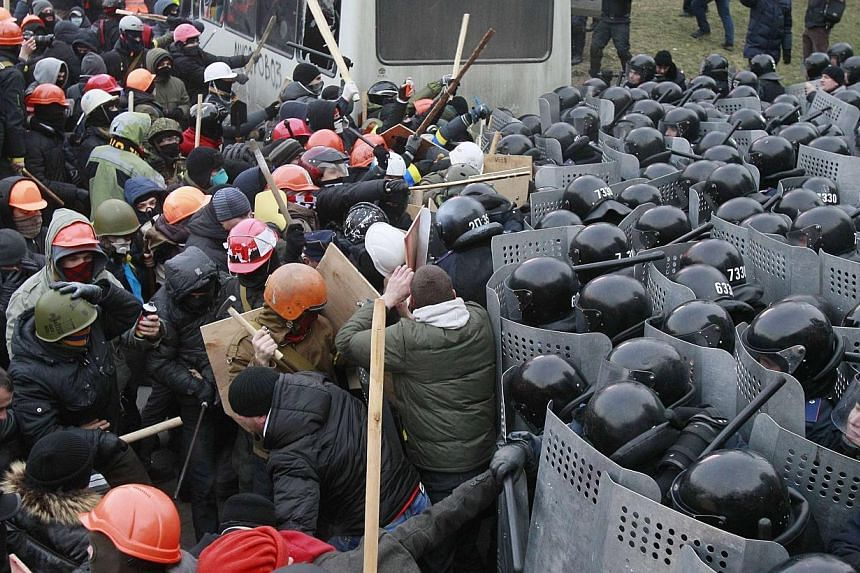 Scuffles broke out in the Ukrainian capital Kiev on Sunday as protesters tried to storm police cordons near government buildings after 200,000 turned up for an opposition rally in a show of defiance against strict new curbs on protests. -- PHOTO: REU