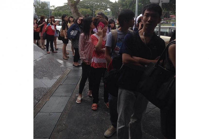The queue at the taxi stand at Yio Chu Kang MRT station.A train fault occurred on the North-South Line on Monday morning. --ST PHOTO: ONG HWEE HWEE
