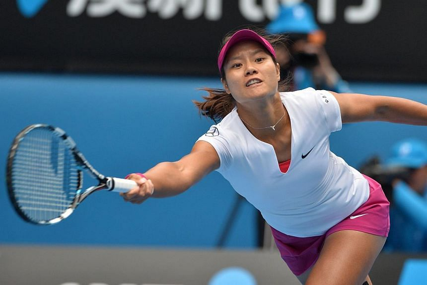 Li Na of China returns to Flavia Pennetta of Italy during their women's singles match on day nine of the 2014 Australian Open tennis tournament in Melbourne on Jan 21, 2014.-- PHOTO: AFP