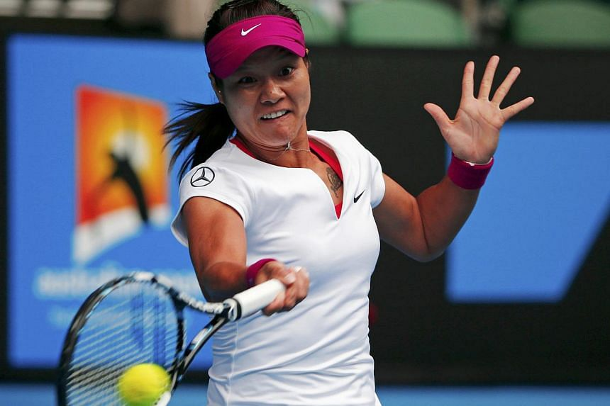 Li Na of China hits a return to Flavia Pennetta of Italy during their women's quarter-final tennis match at the Australian Open 2014 tennis tournament in Melbourne Jan 21, 2014.-- PHOTO: REUTERS