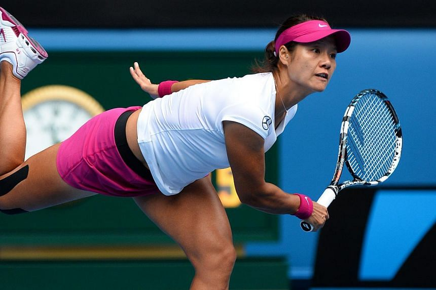 China's Li Na serves during her women's singles match against Italy's Flavia Pennetta on day nine at the 2014 Australian Open tennis tournament in Melbourne on Jan 21, 2014.-- PHOTO: AFP