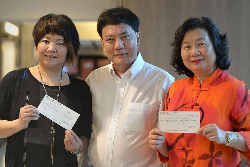 Former Basketball Association of Singapore vice-president Pang Chin Keong had earlier promised to reward any Singapore athlete who wins four or more gold medals at last month's SEA Games. He presented Tao Li's mother, Li Yan (left) with a cheque of $