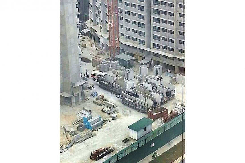 A worker from China fell 19 storeys to his death at a construction site in Sengkang on Thursday afternoon.-- PHOTO: SHIN MIN