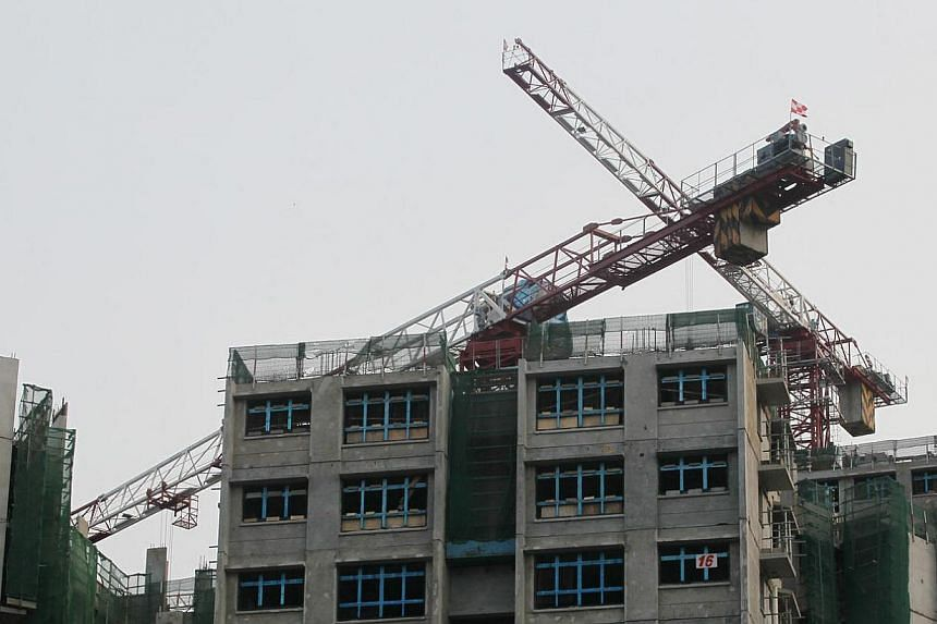 A worker from China fell 19 storeys to his death at a construction site in Sengkang on Thursday afternoon. -- PHOTO: SHIN MIN