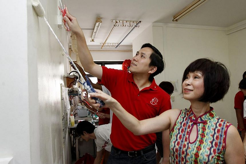 Dr Amy Khor (right) helping with the painting during the spring-cleaning for 18 needy families in Choa Chu Kang on Jan 26, 2014. -- ST PHOTO: WONG KWAI CHOW