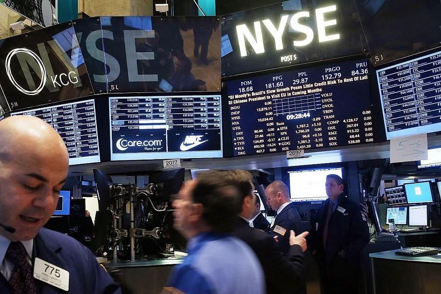 Traders work on the floor of the New York Stock Exchange on Jan 27, 2014 in New York City. United States (US) stocks extended recent losses on Monday, with the S&P 500 falling for a third straight session as concern grew about the Federal Reserve