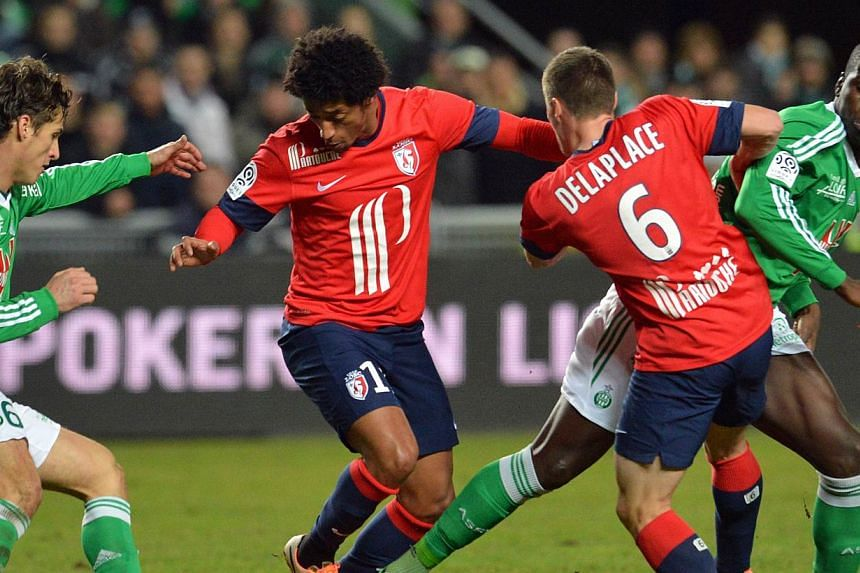 Saint-Etienne's French midfielder Jeremy Clement (left) and St Etienne's French defender Kurt Zouma (right) vie with Lille's Cap Verdian forward Ryan Mendes (centre) and Lille's French midfielder Jonathan Delaplace (second from right) during the Fren