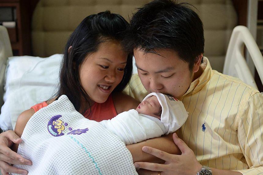 Mr Terence Ng (right), with wife Diana Tan, 32, and newborn daughter Danielle Sage Ng. -- ST PHOTO: NG SOR LUAN