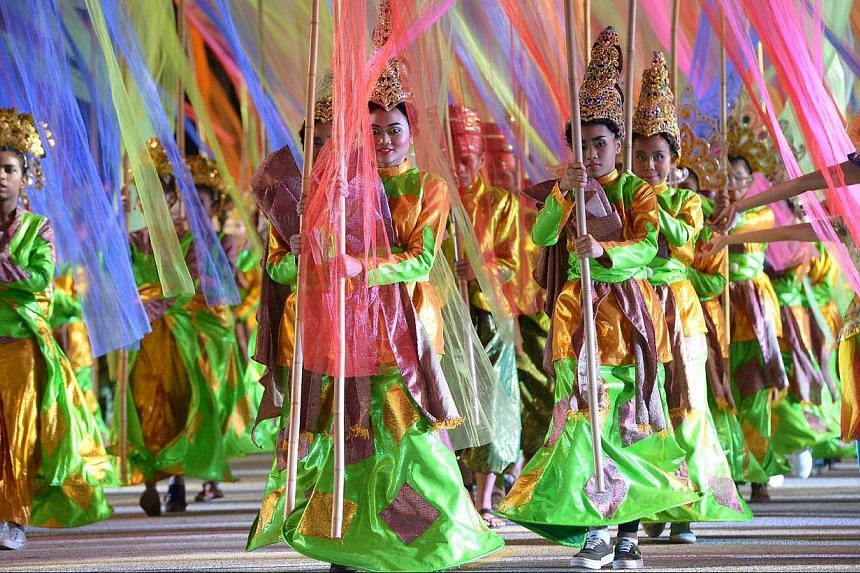 """Some 2,000 multi-ethnic performers carrying coloured flags to symbolise this year's Chingay theme, """"Colours of Fabric, One People"""". -- ST PHOTO: DESMOND WEE"""