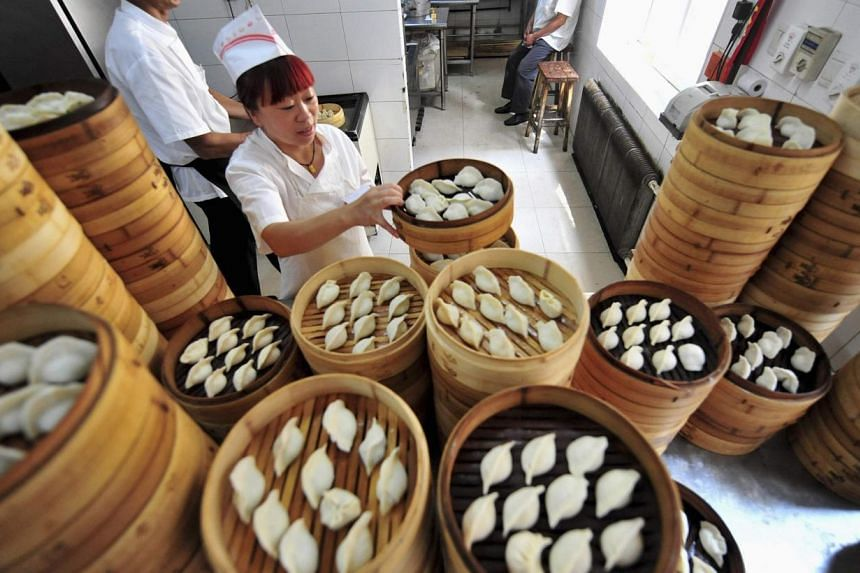 China's catering sector grew at its slowest pace in more than two decades in 2013 as diners avoided splashing out in luxury restaurants during an anti-corruption campaign targeting official excess, according to state media. -- FILE PHOTO: REUTERS