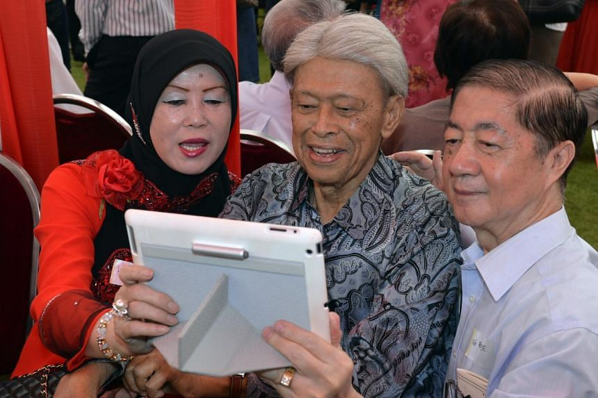 Mr Ng Boon Teck ( far right ) together with ex-minister Mr Othman Bin Wok and his wife, Lina Binte Abdullah posing for a selfie. -- ST PHOTO:DESMOND FOO