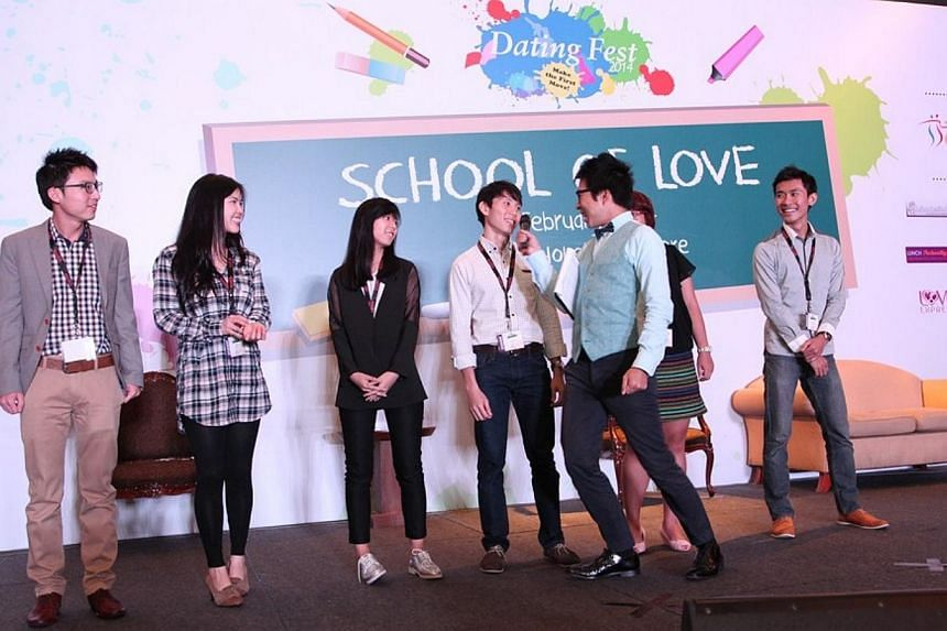 Host of Dating Fest 2014's finale event, School of Love, Chua Enlai, entertaining the 500 singles at the mass speed dating event. -- PHOTO: SOCIAL DEVELOPMENT NETWORK