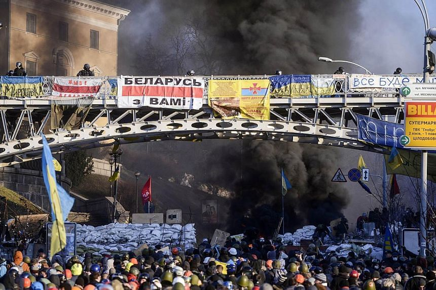 Anti-government protesters clash with riot police in Kiev on Feb 18, 2014. -- PHOTO: AFP