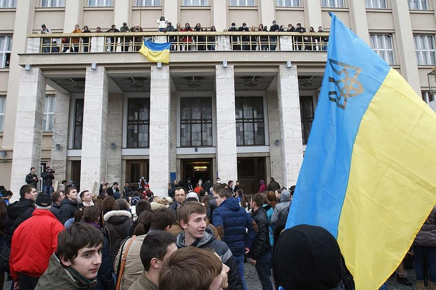 Anti-government protesters hold a rally at the regional administration headquarters as they attempt to take over during a rally in the town of Uzhhorod in western Ukraine, February 19, 2014. --PHOTO: REUTERS