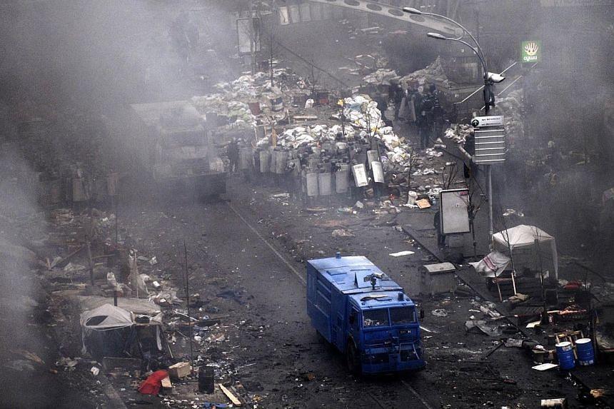 Ukranian riot police clash with protestors on Feb 20, 2014 in Kiev. -- PHOTO: AFP