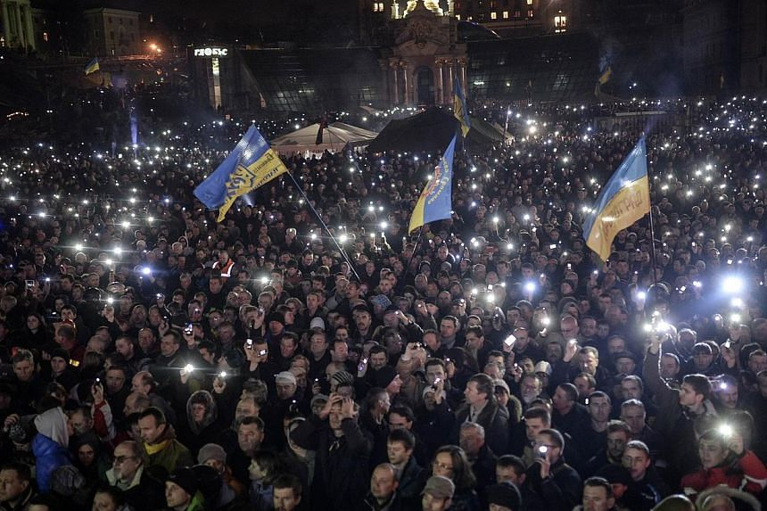 Anti-government protesters gather on the Independent square in Kiev on Feb 21, 2014. Militant anti-government activists in Ukraine on Saturday, Feb 22, 2014, threatened to storm the president's palace and shatter a fragile peace deal to end the