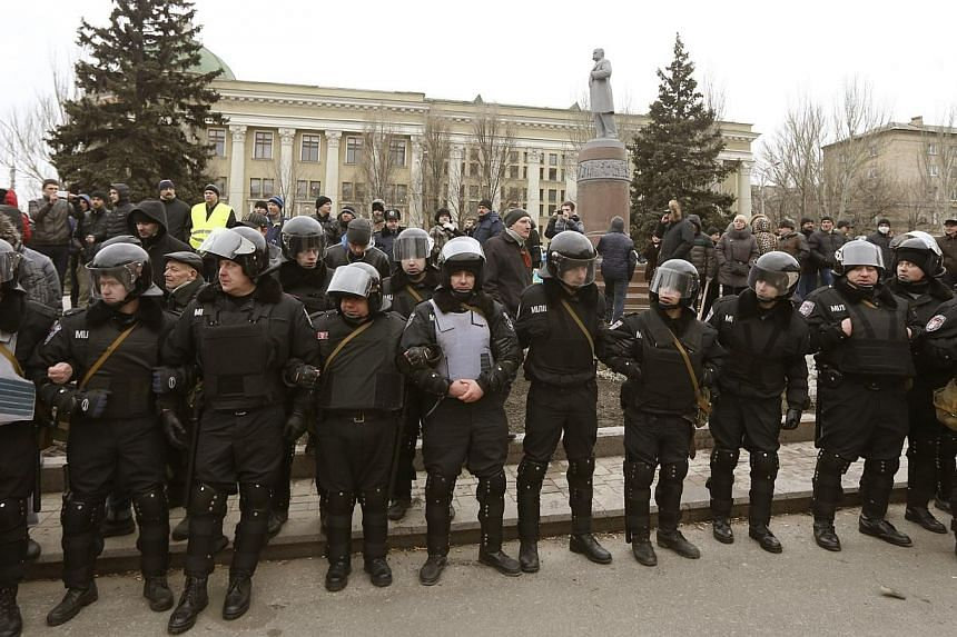 Ukranian riot police stand by during rallies by anti and pro-Yanukovich suppoters in the eastern city of Donetsk, on Feb 23, 2014. -- PHOTO: REUTERS
