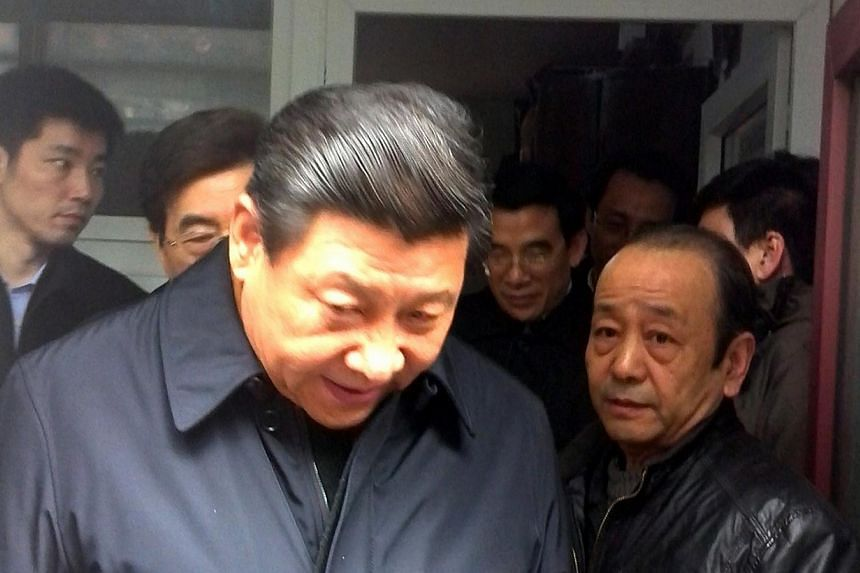 Chinese President Xi Jinping is photographed visiting Nanluoguxiang, a popular street in Beijing, on Feb 25, 2014.-- PHOTO:SINA WEIBO