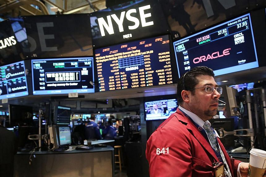 Traders work on the floor of the New York Stock Exchange on Feb 20, 2014 in New York City. United States (US) stocks edged lower on Tuesday, easing back from record territory a day earlier as weak economic data offset gains in Home Depot and other re