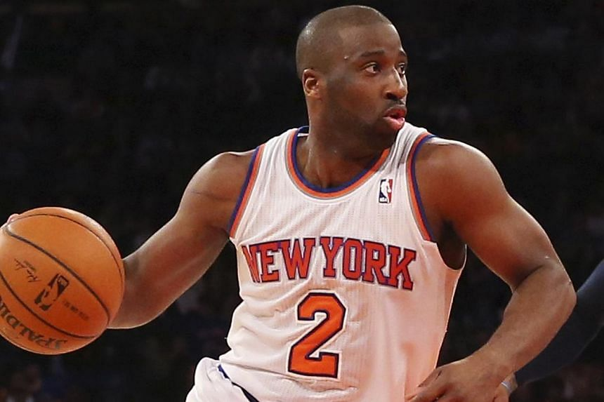 New York Knicks point guard Raymond Felton dribbles the ball during a game against the Dallas Mavericks in New York, in this file photo taken Feb 24, 2014. Felton was in police custody on Feb 25 after turning himself in to police on weapons charges,