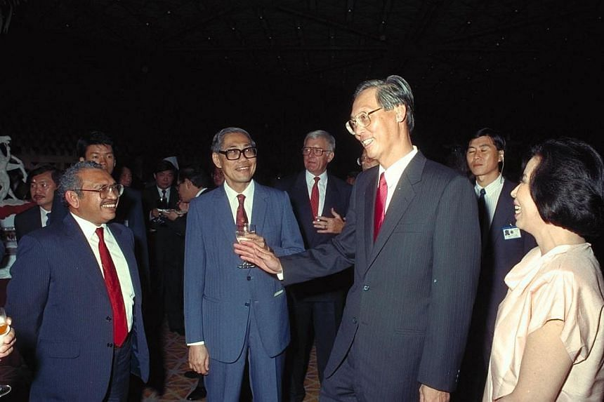 Former Prime Minister and Mrs Goh Chok Tong chatting with Othman Haron Eusofe (left) and Chua Sian Chin (second, left) at the Westin Stamford Hotel reception after the swearing-in ceremony on Nov 28, 1990. -- ST FILE PHOTO: WAN SENG YIP