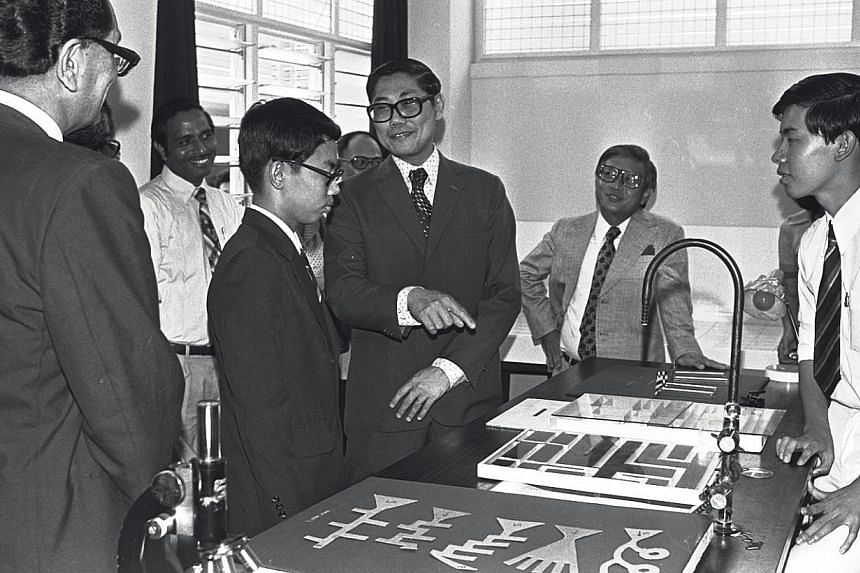 Mr Chua Sian Chin (third, right) sharing some moments with the students at the Science Fair in Temasek Junior College on Sept 1, 1978. -- ST FILE PHOTO: WAN SENG YIP