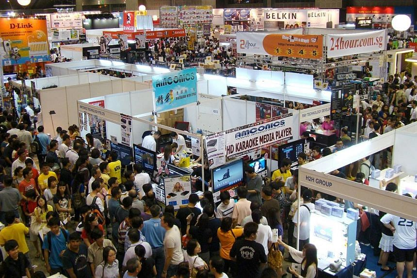 Crowd at IT Show 2014.Competition is heating up in the fibre broadband space as Internet service providers dangle heavily discounted prices for their 500Mbps two-year plans at this year's IT Show at Marina Bay Sands. -- PHOTO:EXHIBITS INC