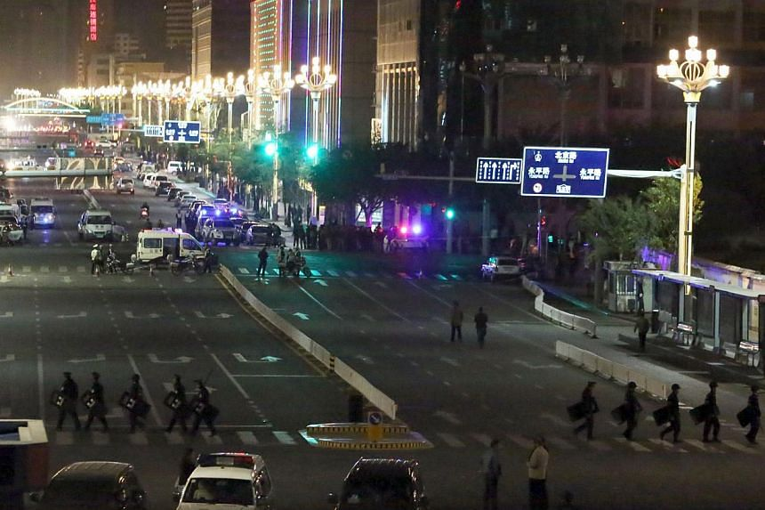 Chinese police cordon off the area outside the railway station in Kunming, south-west China's Yunnan province, on March 2, 2014. -- PHOTO: AFP