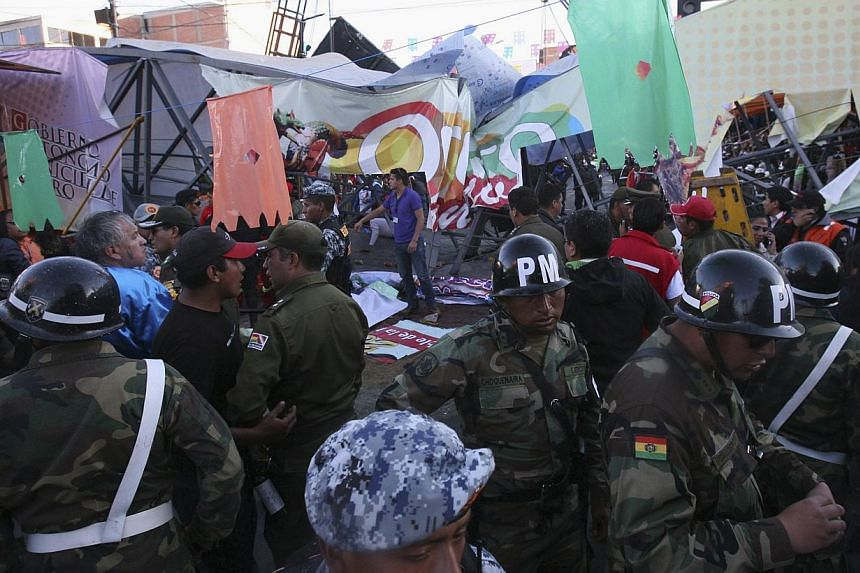 Security personnel surround a footbridge that collapsed during the Carnival parade in Oruro, Bolivia, on March 1, 2014. -- FILE PHOTO: REUTERS
